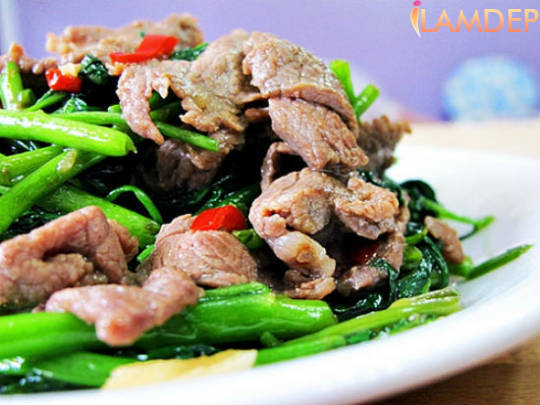 Cách làm rau muống xào thịt bò xanh ngon hấp dẫn
