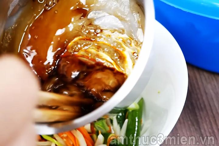 Cho nước tương hoà tan vào bộp nếp vừa nấu